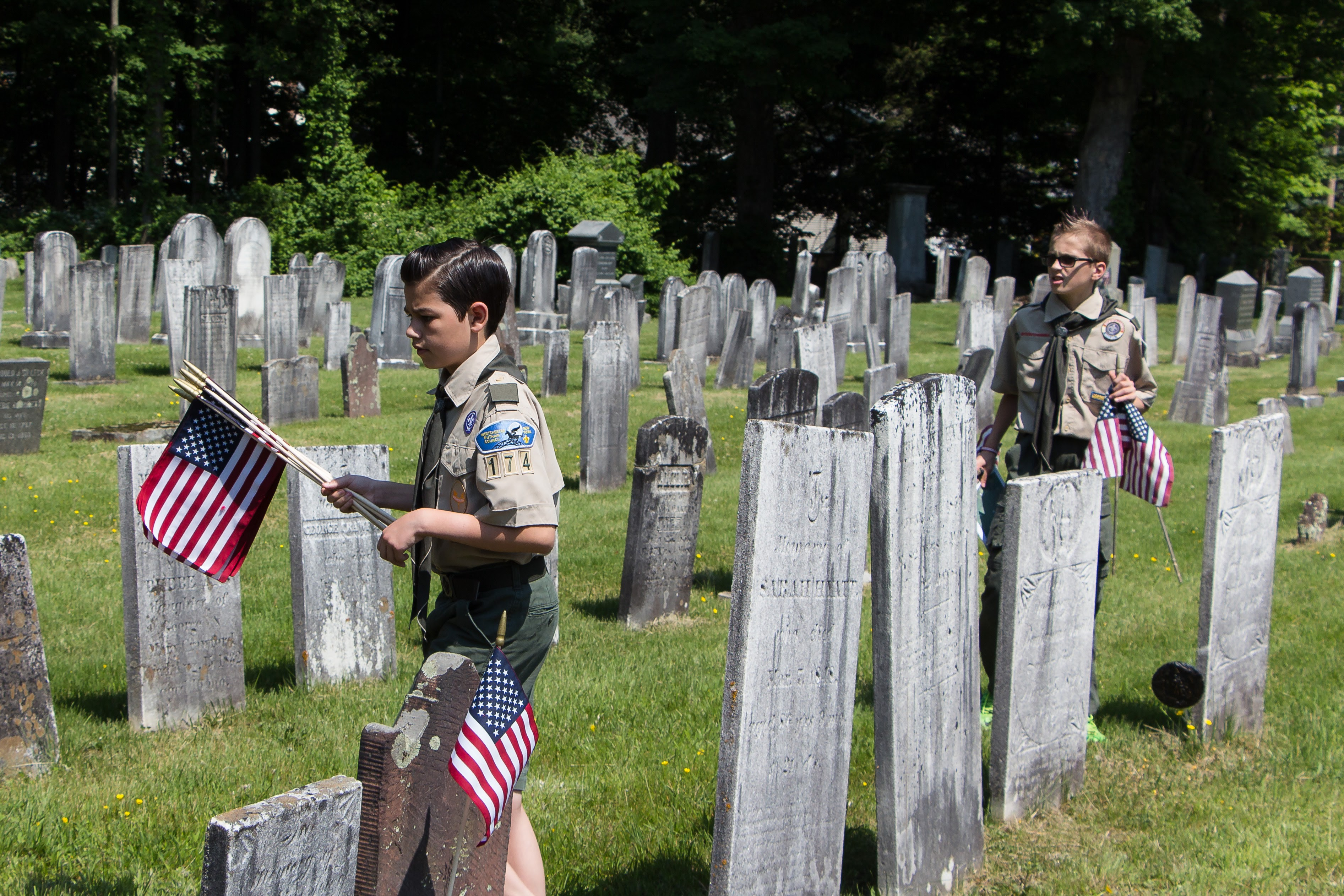 3139fcac581089e158ac_dfc325416c92cfecd01c_20160528_Boy_Scouts_Memorial_Day_Flag_Settng_004.jpg