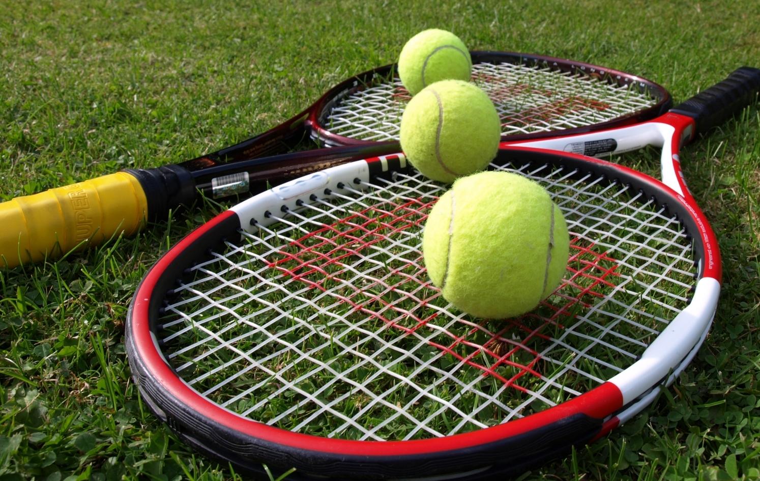 68a916c3bf3cccf90605_tennis-balls-and-rackets.2.jpg