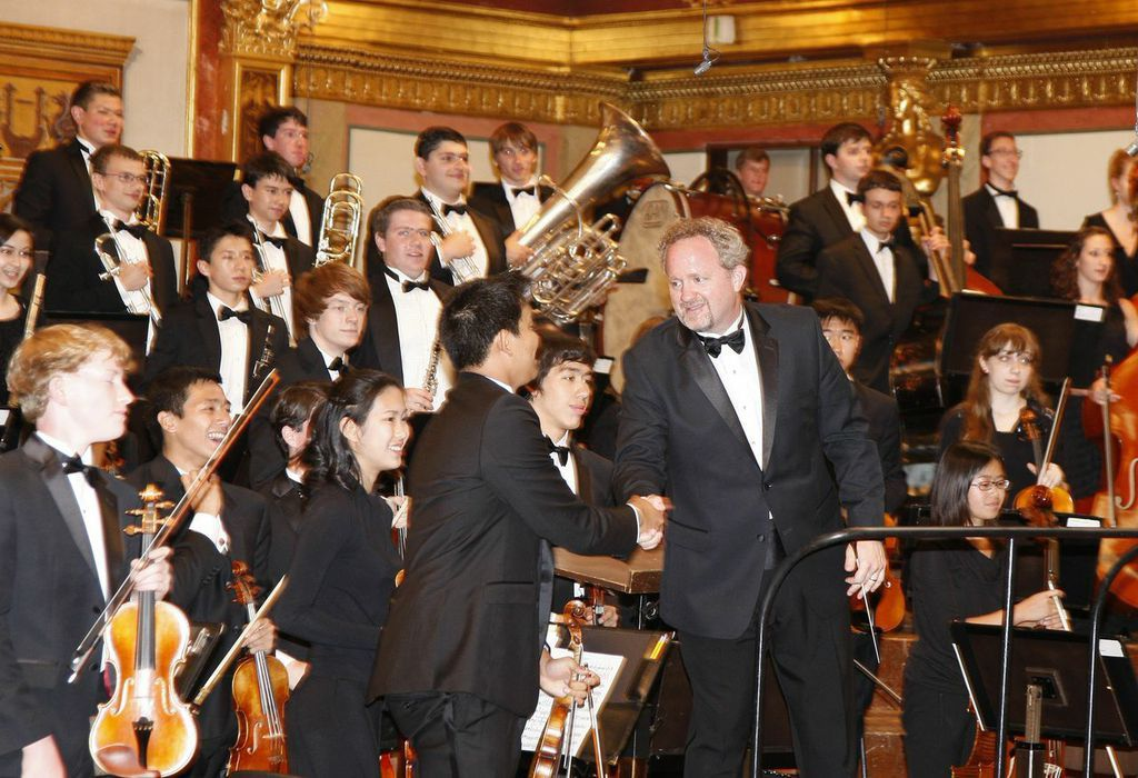 1a467745819d7d2cfcd6_Mr._Jeffrey_Grogan__the_conductor_of_YS__shaking_hands_with_Alex_Wang__the_concertmaster.jpg