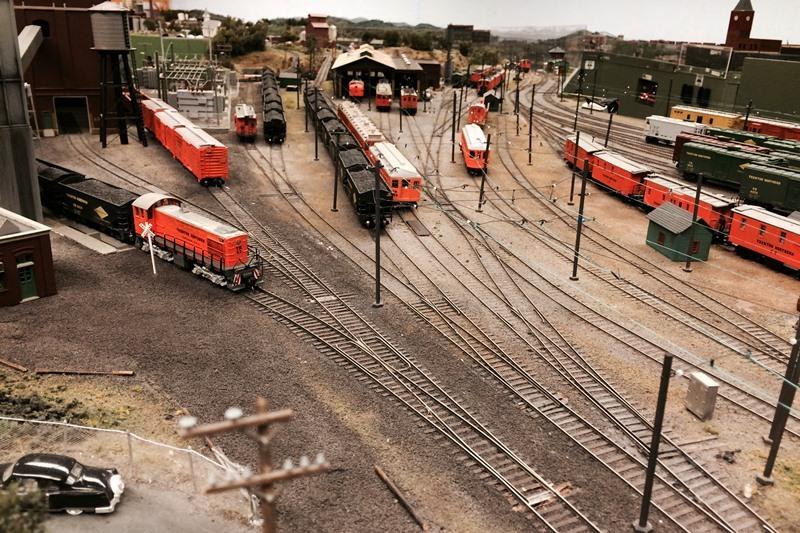 f22f2e4d89704410b213_model_trains_1.jpg
