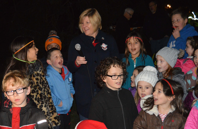 7e26330f7531bebf49a5_Mayor_Mahr_and_Fanwood_children_count_down_to_lighting_the_Christmas_tree.JPG