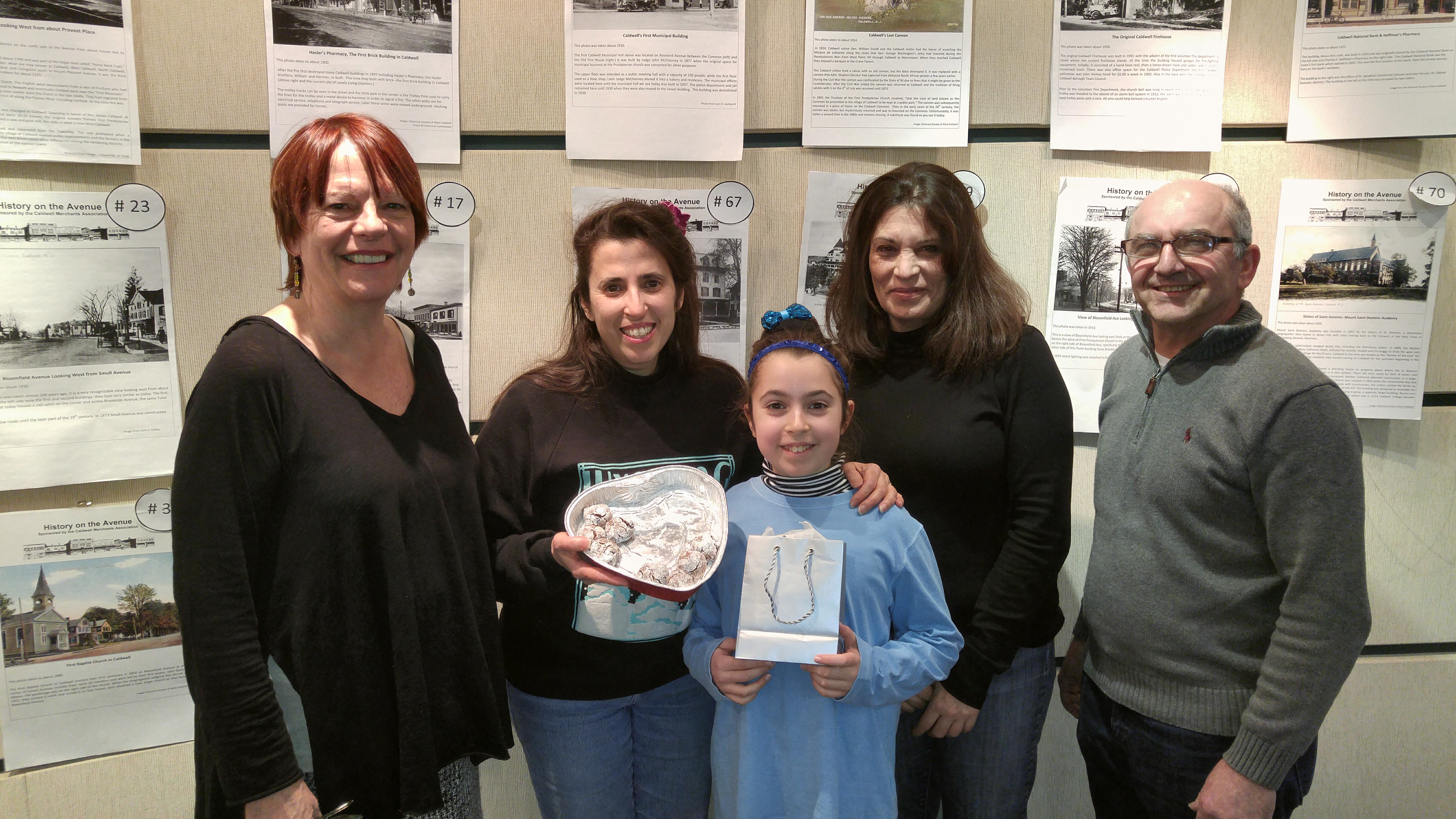 2ae0e11ffcbc686c0b3c_5._Winner_Cathy_Caragiulo__center__and_daughter_Stephanie_Rose_with_judges.jpg