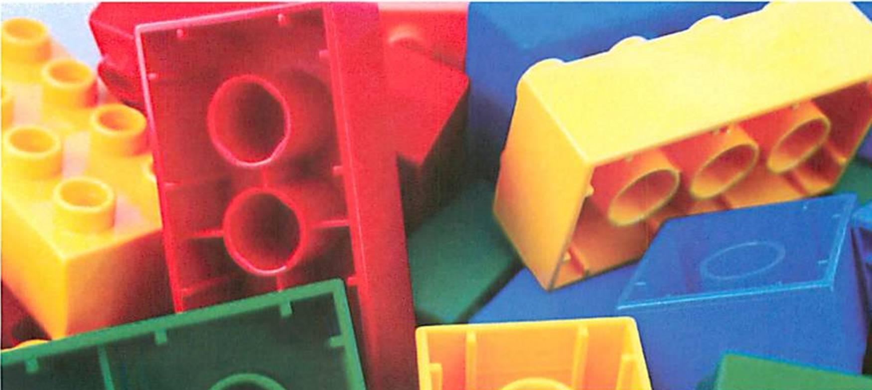 eb42e0435d782c24d5af_LEGO_Family_Build_PR3.jpg