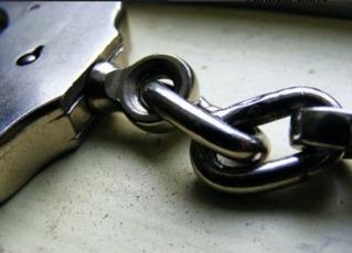 Top_story_a2420d8a0fcf5b4f4c07_best_b92d2dcbb27dc9de15fc_handcuffs2