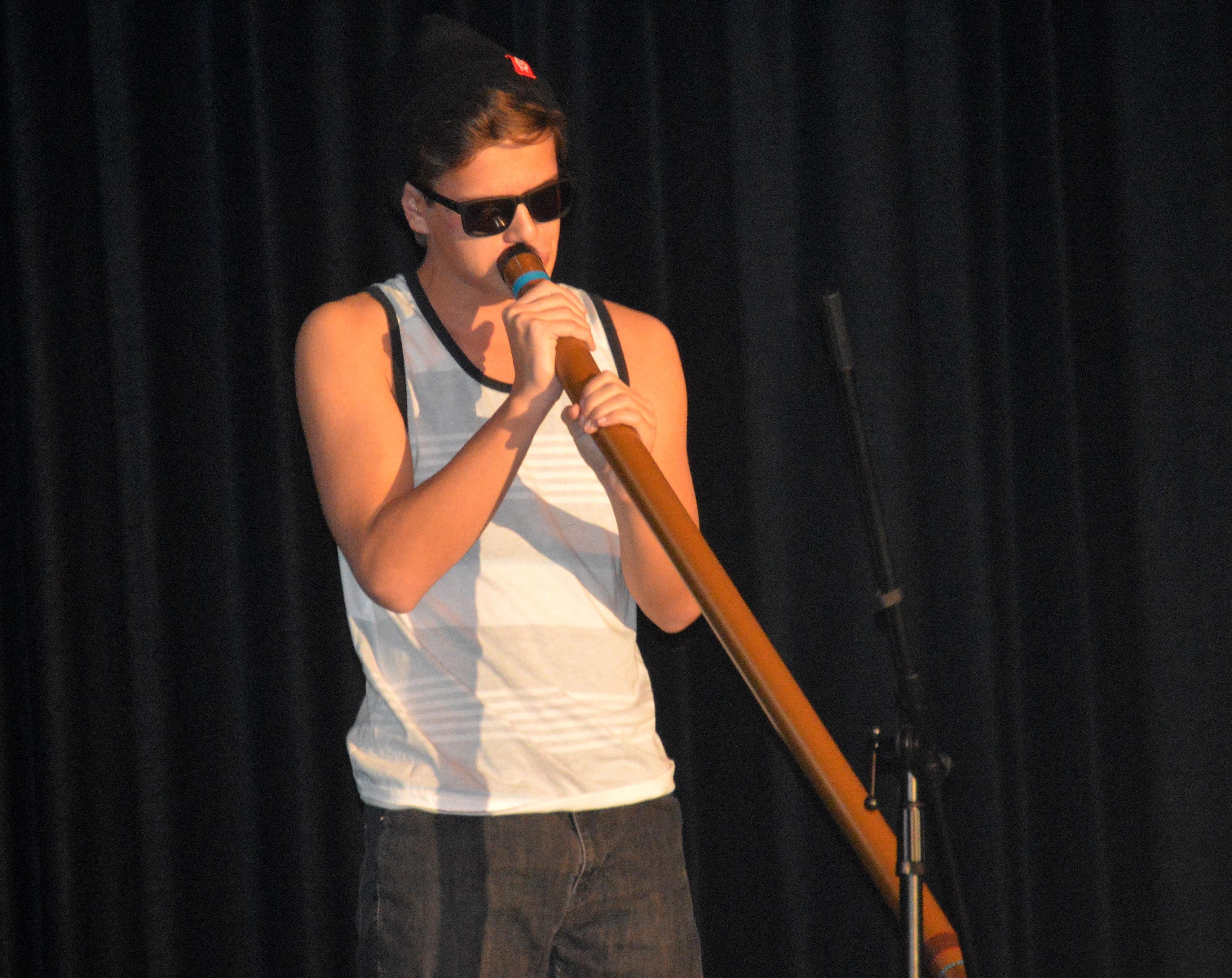 8f2c157015e5baac78e3_Dan_Dawson_on_the_didgerido.JPG