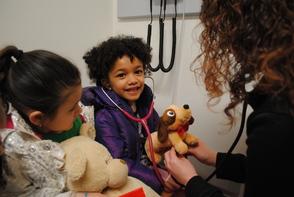 Carousel_image_33f54323dd430f19e0ff_ted_e_bear_hospital_little_girl