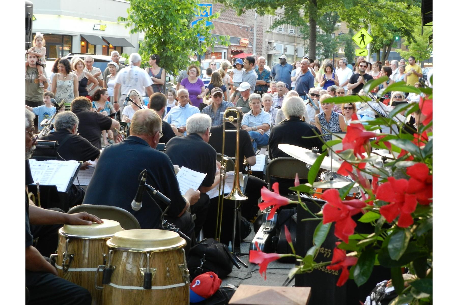 6abc3dd612563c8f6686_jazz_lobsters_entertains_big_crowd.jpg