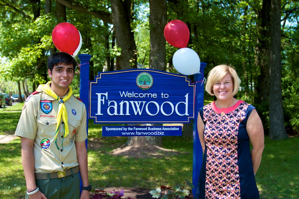 f6253107ee5e37ec1771_achibandani_fanwood_sign_w_mayor_1.png