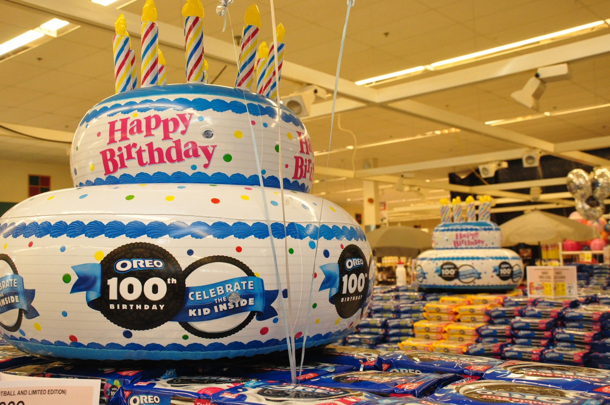 Oreo Cookies Th Birthday Celebration Makes Stop In Sussex - The biggest birthday cake