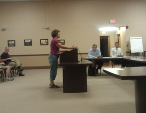 Citizen Heloise Ruskin discusses matters with the Mayor and Council.