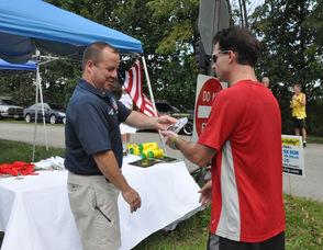Sheriff Michael Strada hands Brian Thomas his trophy.