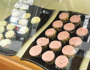 A tray full of Strawberry Milkshake cupcakes.