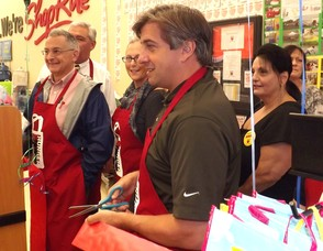 Mayor Parisi Cuts the Ribbon for the Bag Hunger Event