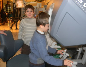 Brothers Alexander and Benjamin Knobloch trying the machine