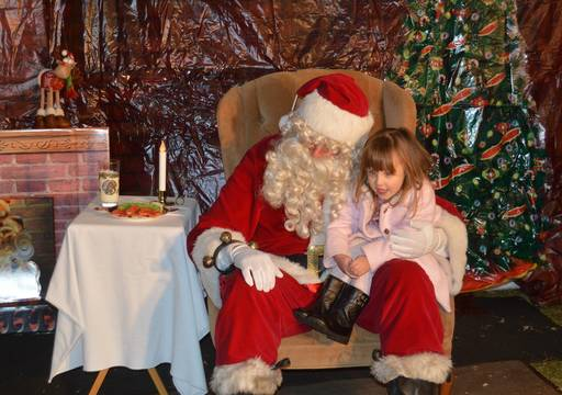 Top_story_c6c7e9b1a825784699f6_santa_and_girl