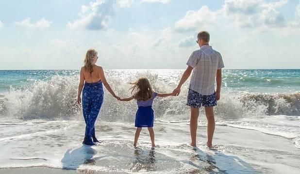 Top_story_d1da5ec20a6f00ba6469_family_on_beach-1867271_1920