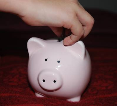 Top_story_d52cf7deb5aaa401d803_piggy-bank-child_s_hand477979_1920