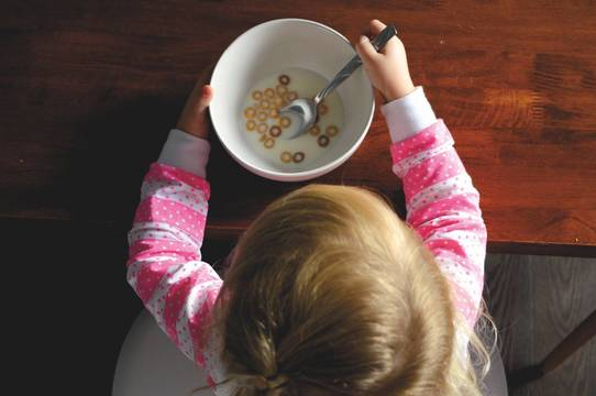 Top_story_fe47d04ebc2c4b2701a3_child_food_bank_eating_cheerios